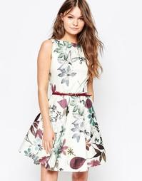Короткое приталенное платье с поясом и принтом зимняя вишня Closet