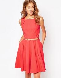 Короткое приталенное платье с ремнем и вставками Closet - Коралловый