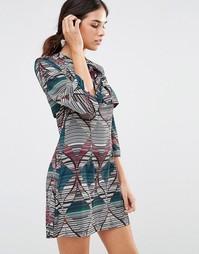 Платье с геометрическим принтом и бантом Liquorish - Мульти