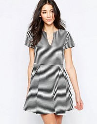 Короткое приталенное платье в полоску с открытой горловиной Wal G