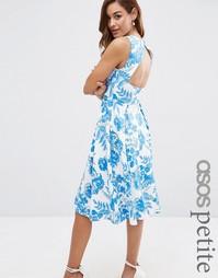 Платье миди с голубым цветочным принтом и вырезом на спине ASOS PETITE