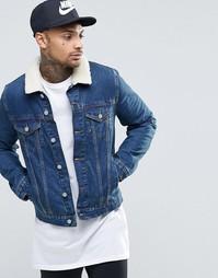 Выбеленная джинсовая куртка с воротником-борг ASOS - Синий