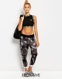 Спортивные брюки с серым камуфляжным принтом Puma - Камуфляжный