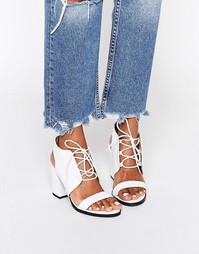 Кремовые сандалии на каблуке со змеиным принтом Glamorous - Бежевый