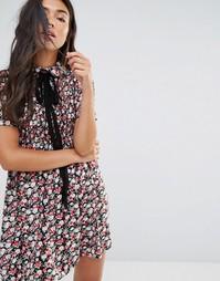 Платье с присборенной юбкой, цветочным принтом и ленточной завязкой у Motel