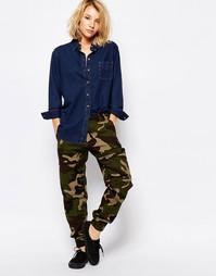 Спортивные штаны с камуфляжным принтом Carhartt WIP - Camo 313 green
