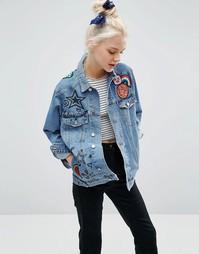 Джинсовая куртка с нашивками ASOS - Синий выбеленный