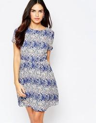 Короткое приталенное платье с цветочным принтом Poppy Lux Sybil