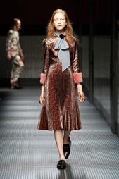 Платье из люрекса с отделкой из меха норки Gucci
