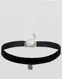 Короткое бархатное ожерелье с подвеской-черепом ASOS - Черный