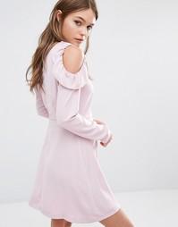 Платье с оборками и открытыми плечами Fashion Union - Розовый
