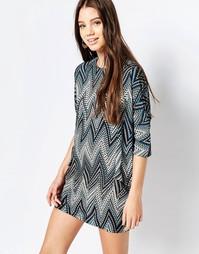 Цельнокройное платье с зигзагообразным принтом QED London - Синий