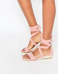 Розовые сандалии на небольшой танкетке Faith Juelz - Розовый