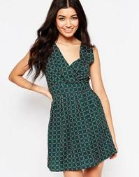 Короткое приталенное платье с лиственным принтом и завязкой сзади Mela