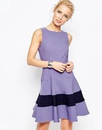 Приталенное платье со свободной юбкой и контрастной вставкой Closet