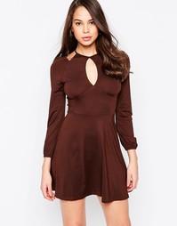 Платье с открытыми плечами и вырезом капелькой AX Paris - Шоколадный