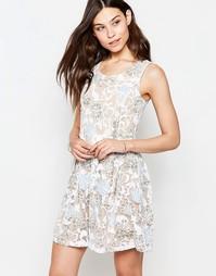 Короткое приталенное платье с выжженным цветочным принтом Yumi