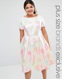 Приталенное платье с принтом роз Chi Chi London Plus - Мульти