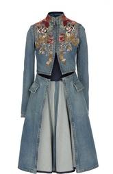 Джинсовое расклешенное пальто с вышивкой Alexander McQueen