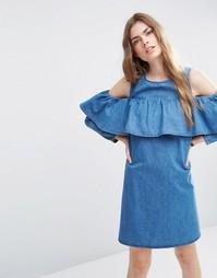 Джинсовое цельнокройное платье с открытыми плечами и оборкой ASOS