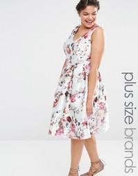 Короткое приталенное платье с цветочным принтом Chi Chi London Plus