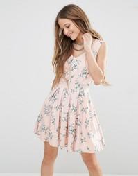 Короткое приталенное платье с цветочным принтом QED London - Розовый