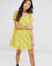 Свободное платье с цветочным принтом Motel - Желтый