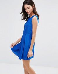 Короткое приталенное платье со складкам на юбке Pussycat London
