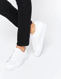 Белые кроссовки с металлической вставкой на носке adidas Superstar