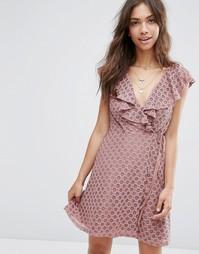 Кружевное платье с оборками и запахом ASOS - Розовый