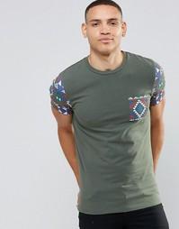 Эластичная футболка с ацтекским принтом на кармане и рукавах ASOS