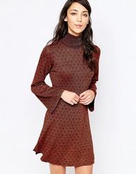Платье с высокой горловиной и рукавами-колокол Glamorous