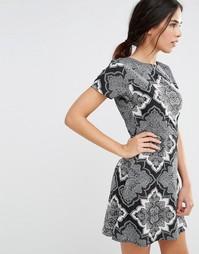 Короткое приталенное платье с принтом и D-образным вырезом на спине Da Daisy Street