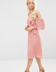 Платье миди с открытыми плечами и отделкой рюшами ASOS - Розовый