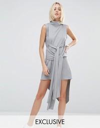Асимметричное платье в рубчик с высокой горловиной House Of Sunny