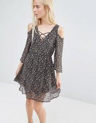 Чайное платье с мелким цветочным принтом и вырезами на плечах QED Lond