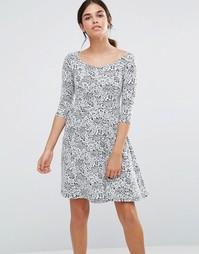 Короткое приталенное платье с кружевным принтом Pussycat London