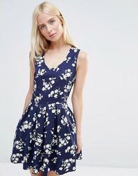 Короткое приталенное платье с цветочным принтом QED London