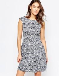 Расклешенное платье с V-образным вырезом на спине и принтом чертополох Closet