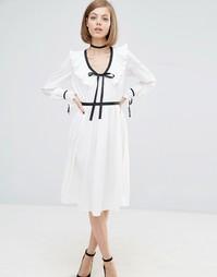 Платье с контрастной отделкой и оборкой Lost Ink - Белый