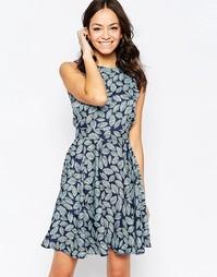 Синее короткое приталенное платье с принтом листья Closet