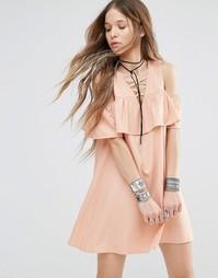 Платье с открытыми плечами и оборками Young Bohemians - Телесный