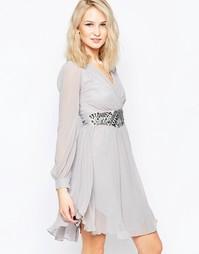 Короткое приталенное платье с декорированной талией и длинными рукавам Little Mistress