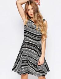 Короткое приталенное платье с геометрическим принтом и кружевной спинк Liquorish