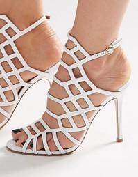 Лакированные решетчатые сандалии белого цвета на каблуке Steve Madden