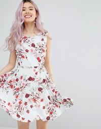 Короткое приталенное платье с цветочным принтом и поясом Yumi - Белый