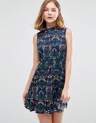 Короткое приталенное платье с цветочным принтом и высоким воротом Iska