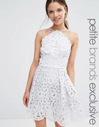 Платье миди для выпускного с высокой горловиной и вырезным узором Chi