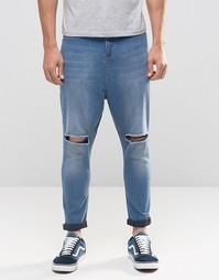 Рваные джинсы с заниженным шаговым швом ASOS - Умеренный синий