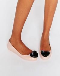 Телесные туфли на плоской подошве с контрастным черным сердцем Melissa